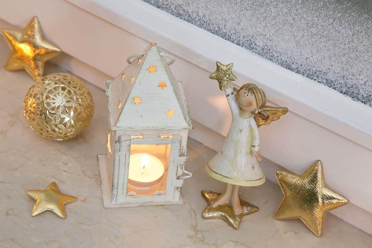 Parapety marmurowe z ozdobami świątecznymi