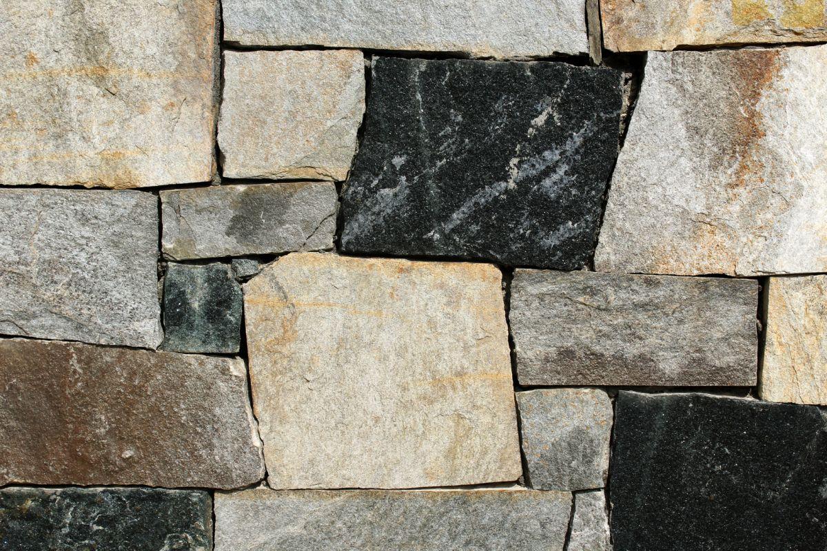 Kamień dekoracyjny na ścianie domu