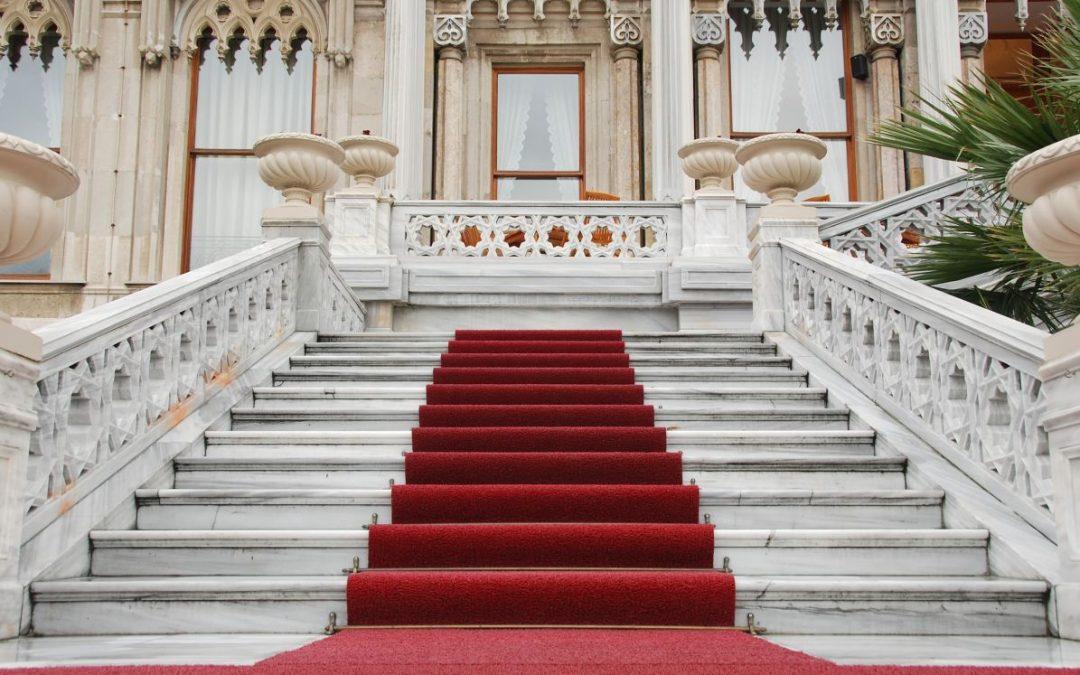 Wejście na piętro w eleganckim stylu – schody granitowe