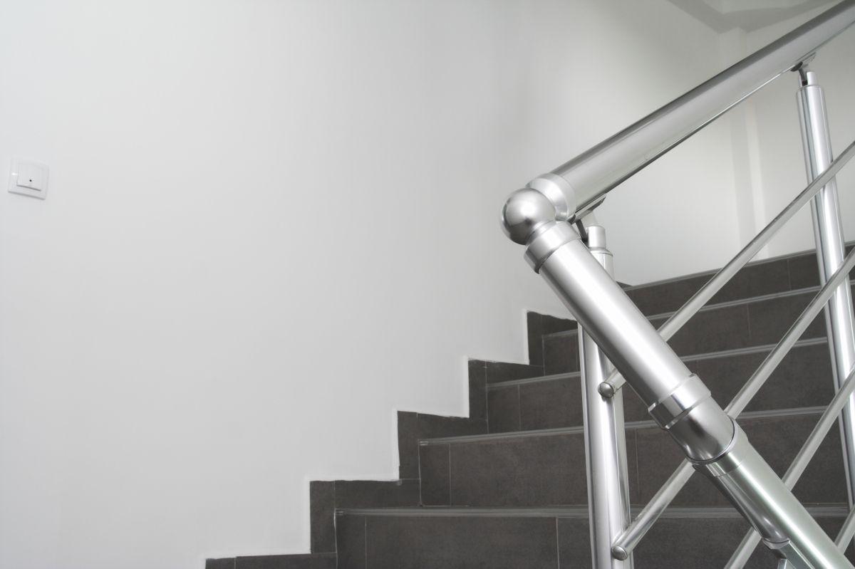 Nowoczesne schody granitowe na klatce schodowej